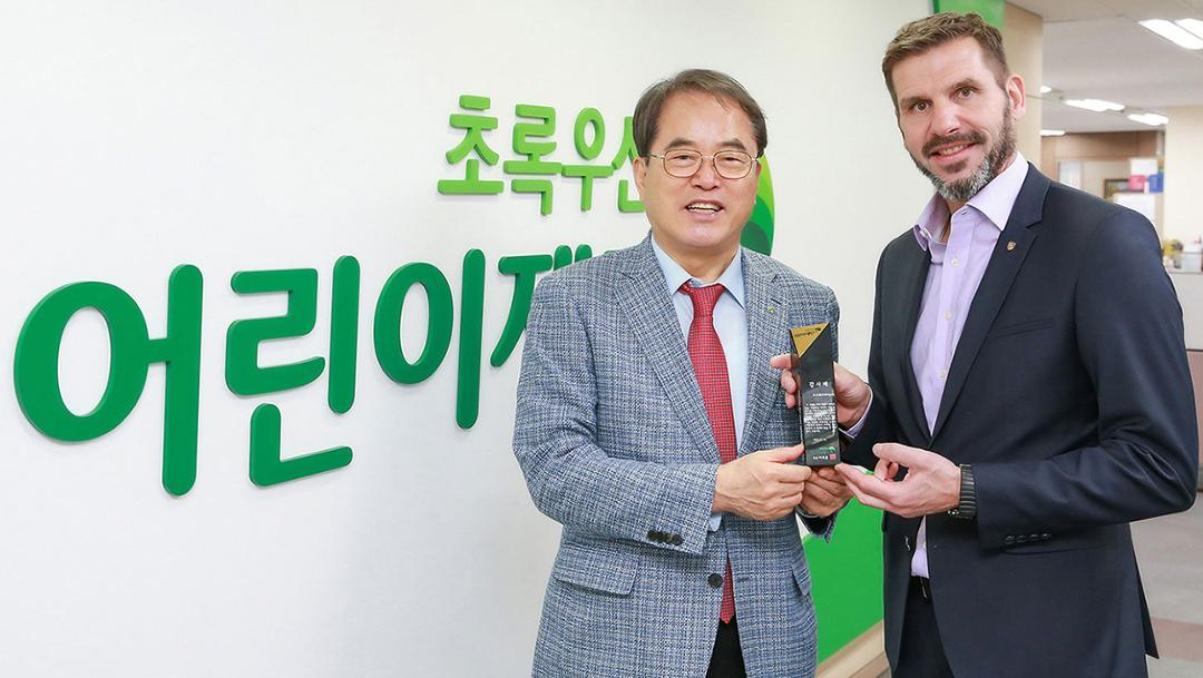 Je-Hun Lee, President of ChildFund Korea, Michael Kirsch, handling executive of Porsche Korea, l-r, 2019, Porsche AG
